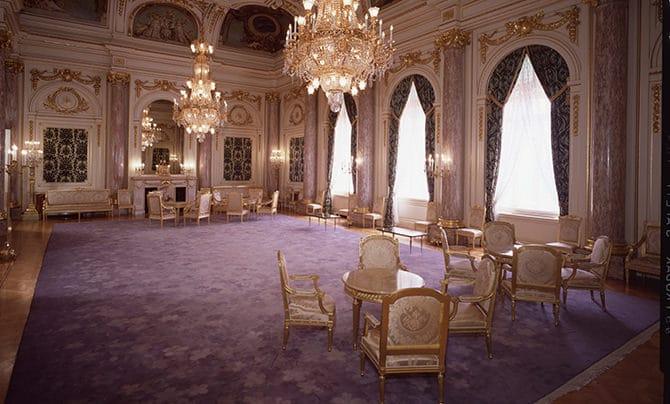 朝日廳的「緞通」地毯照片。此廳室鋪設著以櫻花為意象的美麗紫色緞通地毯。