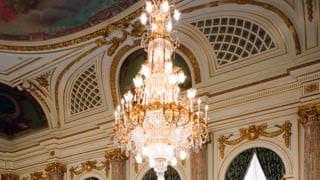 朝日廳的水晶吊燈照片。吊掛著以巨大水晶玻璃為主體的水晶吊燈。