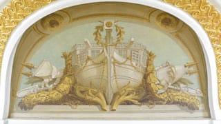 朝日の間の天井付近の天井絵画の写真。ボート風の船の船首には月桂樹がかけられ、船は鎖によってつながれている。