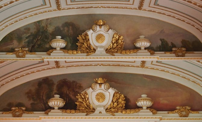 A photo of the paintings on the arch just above the central staircase. An image of the painting one sees when going to the second floor, and the painting one sees when descending to the first floor are described here together. Behind the Imperial chrysanthemum emblem, a background of dawn has been painting on the side leading to the second floor, and on the side leading down to the first floor, a painting of dusk has been painted.