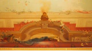 羽衣の間の天井画の写真。天井画は、曲面画法という画法で描かれており、部屋の中央に立って見上げると、柱や香炉がすっきりと立ち上げた構図に見えます。