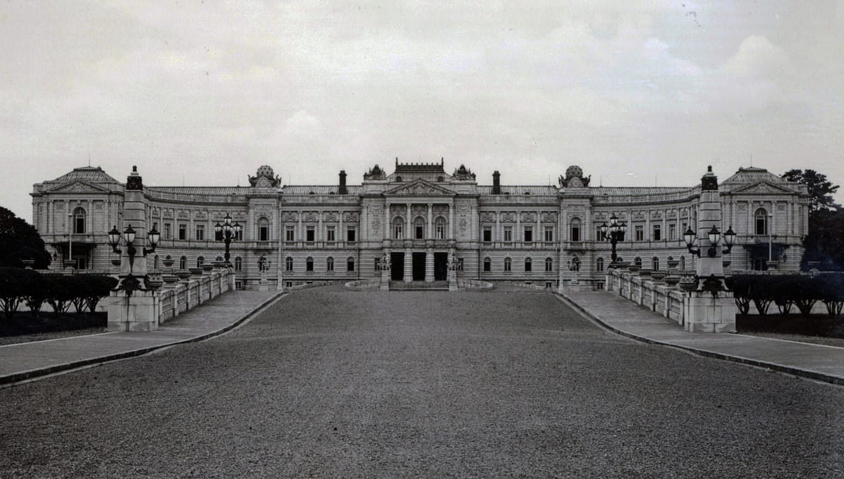 A photo of the main building of the State Guest House, Akasaka Palace at the time of its establishment in 1909, as viewed from the west.