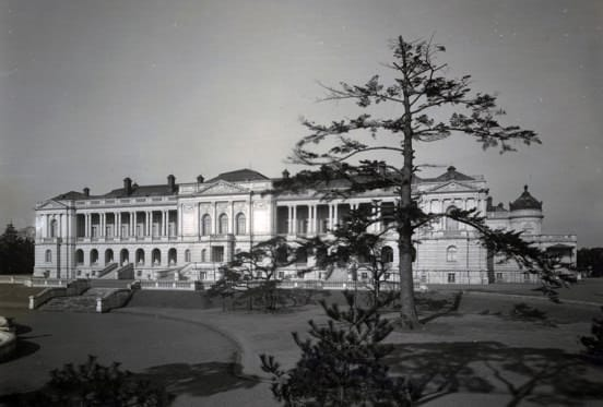 A photo of the main building of the State Guest House, Akasaka Palace at the time of its establishment in 1909, as viewed from the south.