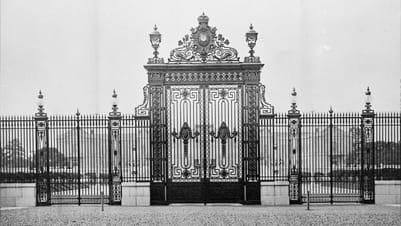 明治42年(1909年)の創建時の迎賓館赤坂離宮の正門の写真。当時の正門は現在と異なり黒色でした。