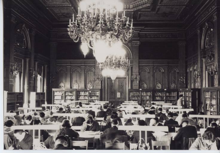 戦後、裁判官弾劾裁判所として使われていた当時の彩鸞の間の写真