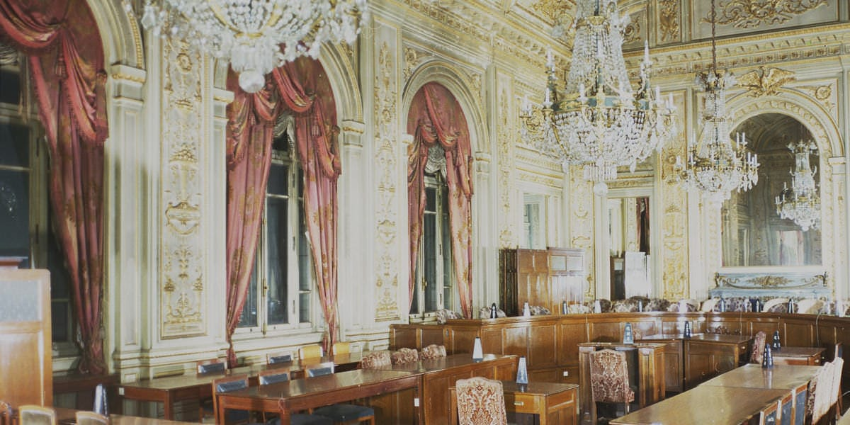 A photo of Sairan-no-ma in the post-war period, when the room was used as a judge impeachment court.