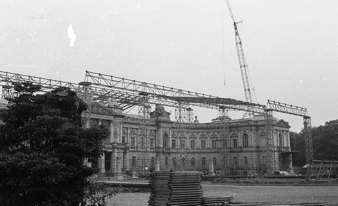 A photo of the exterior of the State Guest House, Akasaka Palace undergoing repairs, which were begun in 1910. A large crane can be seen.