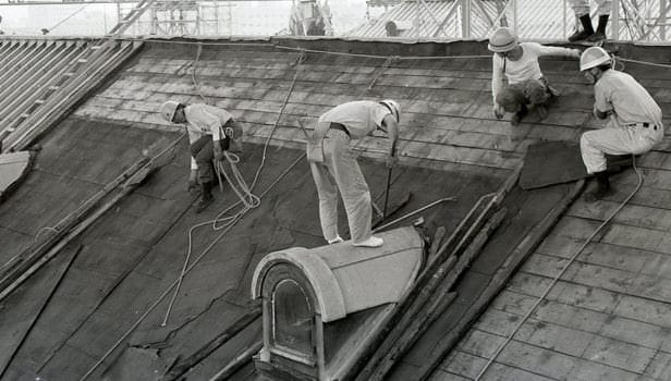 An image of repair work begun on the State Guest House, Akasaka Palace in 1910. Construction workmen have come to the roof, which they are are re-tiling.