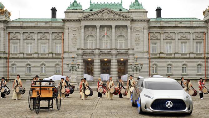 特別開館の事例のご紹介。迎賓館赤坂離宮の前庭で実施された「自動車の最先端安全技術に関する国際交流会」の写真