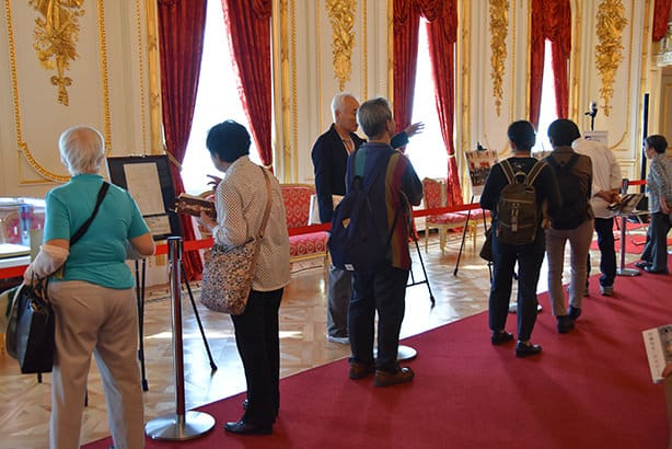 A photo of visitors in the main building. Visitors can be seen in a line in the Hagoromo no Ma, looking at exhibitions depicting official visits to the State Guest House, etc.