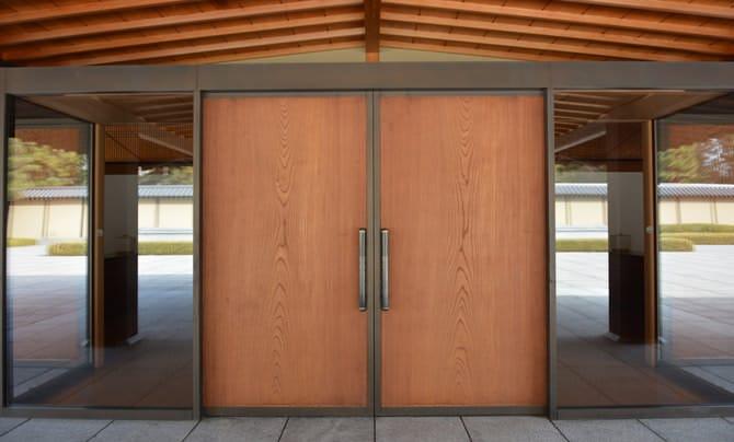 中心に正面玄関の扉があります。扉の左右にはガラスがはめられており、鏡のように正面の前庭が映し出されています。
