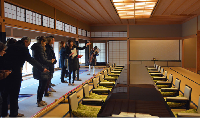 An image of a visit to the Kyoto State Guest House via free-style visit. Visits can make their way through the Guest House visiting route at their own pace, without a tour guide.