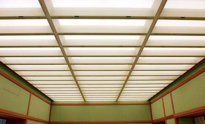 夕映の間の天井の写真です。天井は間接照明になっており、やわらかな光を放っています。また長方形の格子状に区切られています。