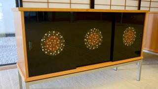 춘하추동을 각각 이미지로 한 4대의 장식대 '산자수명' 중 '가을'을 중심으로 촬영하였습니다. 장식대의 미닫이문 3칸은 검은색이며, 모두 중앙에 단풍을 이미지로 한 색이 장식되어 있습니다.