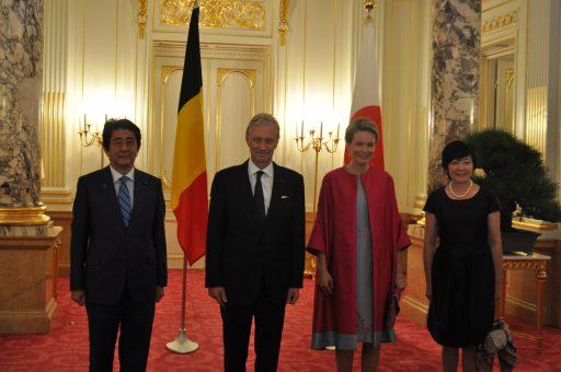朝日の間の前の大ホールに並べられたベルギー王国と日本の国旗の前でフィリップ国王及び王妃と総理夫妻が写真撮影をされた様子