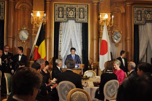 花鳥の間において行われた、安倍総理夫妻主催の晩餐会の様子。安倍総理が挨拶をしています。