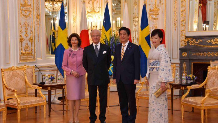 彩鸞の間において、グスタフ国王及びシルヴィア王妃と安倍総理夫妻が懇談前に写真撮影をされた様子