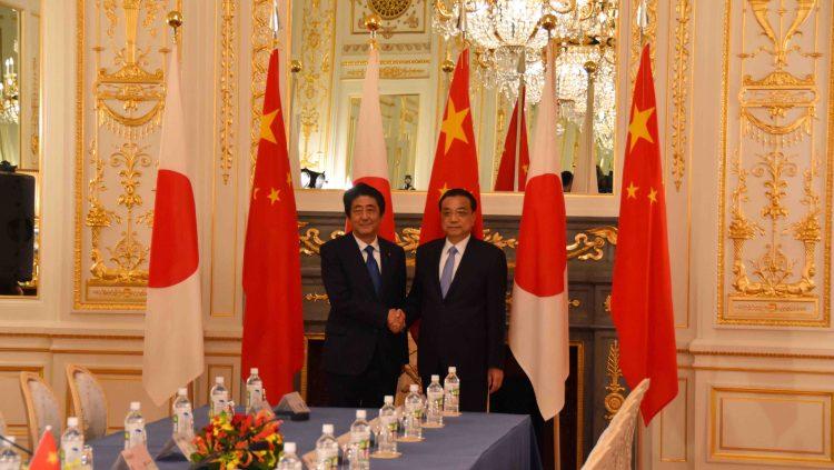 彩鸞の間において、首脳会談前に握手をする李克強総理と安倍総理の写真