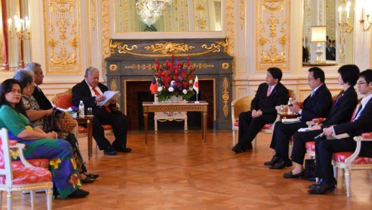 彩鸞の間において、林文部科学大臣がツゥイラエパ首相へ表敬訪問している様子