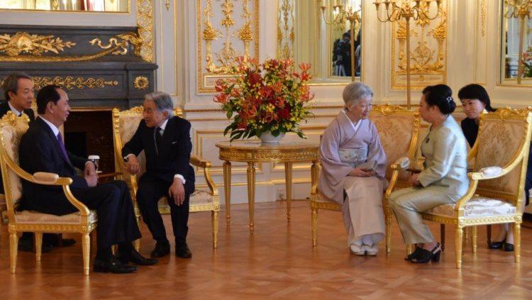 彩鸞の間において、ベトナム社会主義共和国国家主席夫妻が天皇皇后両陛下とお別れの御挨拶をされている様子