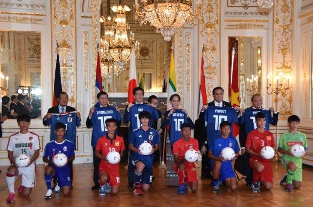 Photograph of the exchange between soccer players of Japan and the countries of the Mekong region.