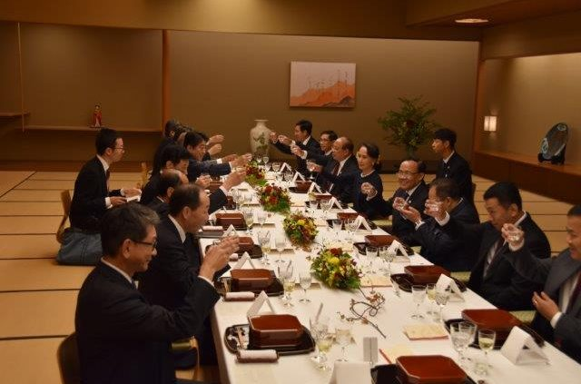 The Prime Minister Abe drinking a toast with the H.E. Ms. Aung San Suu Kyi, State Counsellor of the Republic of the Union of Myanmar at the dinner in Main Japanese-style Room