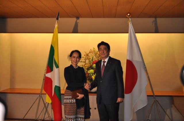 The Prime Minister Abe shaking hands with the H.E. Ms. Aung San Suu Kyi, State Counsellor of the Republic of the Union of Myanmar in Japanese Style Annex.