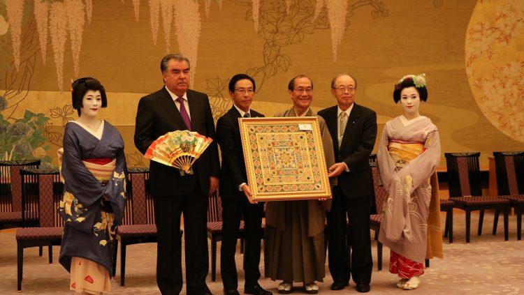 地元3者主催歓迎行事で記念品である京扇子を待ってたっているの記念品交換時の大統領の写真
