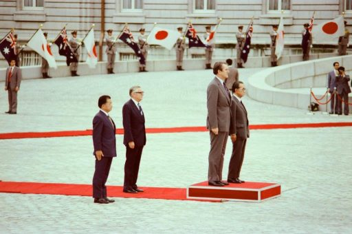 Prime Minister Fraser and Prime Minister Miki stand on a platform at the farewell ceremony in the front garden
