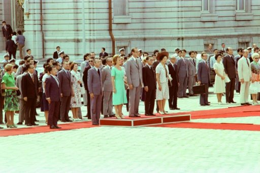Prime Minister Chirac and Prime Minister Miki, with their spouses, listen to national anthems at the farewell ceremony in the front garden