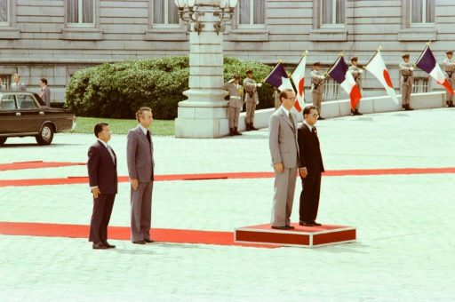 Prime Minister Chirac and Prime Minister Miki stand on the platform during the farewell ceremony in the front garden