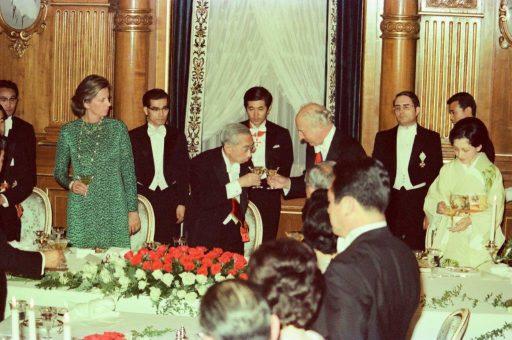 President and Mrs. Scheel host a dinner banquet in Kacho no Ma. President Scheel and Emperor Showa make a toast.