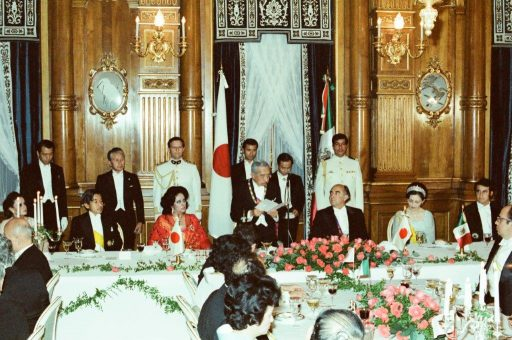 Emperor Showa delivers a speech at the dinner banquet hosted by President and Mrs. Portillo in Kacho no Ma