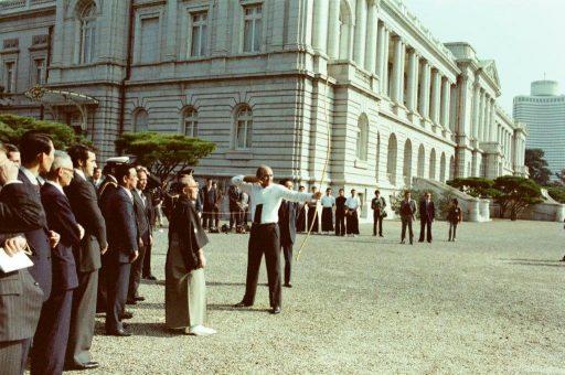 President Portillo experiences Japanese-style archery, Kyudo, during a martial arts presentation in the main garden