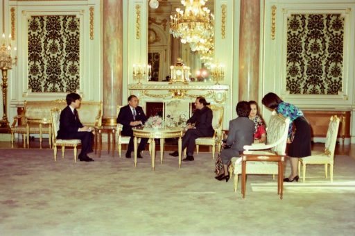 Prime Minister Gandhi and Prime Minister Nakasone speak in the latter's farewell courtesy call with their spouses in Asahi no Ma