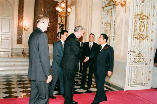 President Santer receives Prime Minister Ryutaro Hashimoto at the entrance hall