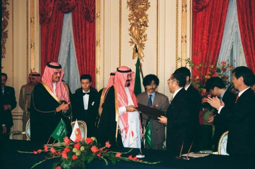 Crown Prince Abudullah and Prime Minister Obuchi exchange signed documents at the document exchange ceremony in Hagoromo no Ma