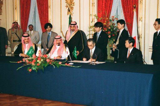 Prime Minister Obuchi signs a document during the Signed Document Exchange Ceremony in Hagoromo no Ma, as Crown Prince Abudullah watches on