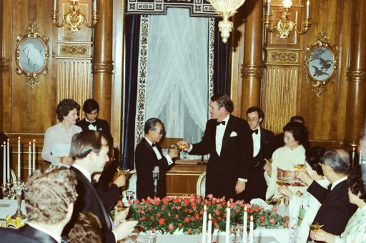 Prime Minister Fraser and Prime Minister Takeo Miki make a toast during the dinner banquet hosted by Mr. and Mrs. Fraser in Kacho no Ma