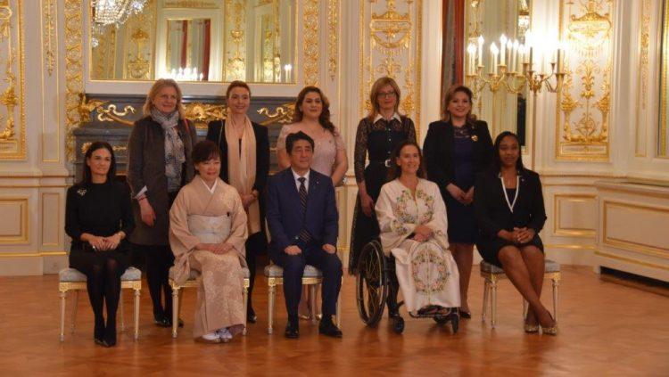 彩鸞の間における、安倍内閣総理大臣夫妻と第5回国際女性会議WAW!参加国副大統領・外務大臣の記念撮影の様子