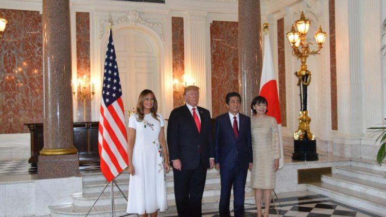 両国首脳夫妻の記念撮影の様子。