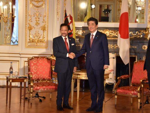 Prime Minister Abe meets with H.M. Sultan Haji Hassanal BOLKIAH, Sultan and Yang DiPertuan of Brunei Darussalam.