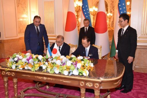 Chairman of the committee of the Legislative Chamber, Akmal Saidov and the vice president of the Japanese Parliamentary Friendship League with Uzbekistan, KAWAMURA Takeo sign documents during the Signed Document Exchange Ceremony at the small hall in front of Sairan no Ma.
