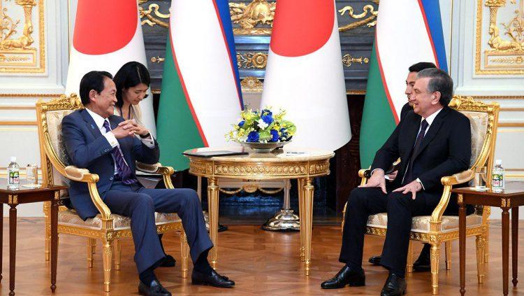 彩鸞の間において行われた、麻生副総理とミルジヨーエフ大統領の会談の様子。